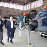 O Presidente da HELIBRAS Eduardo Marson detalha a linha de montagem do H-XBR ao Ministroda Defesa Jaques Wagner Foto - Felipe Christ