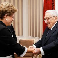 O terno cumprimento da Presidente Dilma Rousseff e o ex-secretário de Estado americano Henry Kissinger durante a recente viagem da presidente aos Estados Unidos. Foto Planalto