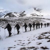 Soldados do 21º Regimento de Infantaria de Montanha treinam sob condições desafiadoras de inverno em Pino Hachado. [Foto: Exército da Argentina]