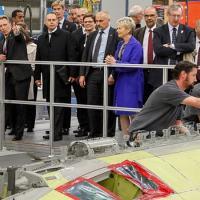Na oportunidade, a comitiva presidencial conheceu as etapas de produção, a linha de montagem da aeronave e as demais instalações da fábrica - Foto: Roberto Stuckert Filho/PR