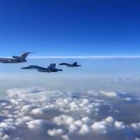 Grupo de Su-34 sendo liderados por uma aeronave TU-154 no retorno à Rússia. Foto - MOD Ru