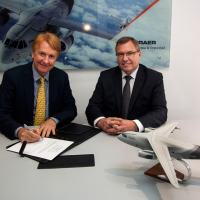 Jackson Schneider, president and CEO, Embraer Defense & Security, and Ulrich Sasse, president of Rheinmetall Simulation and Training, sign the contract at FIDAE - Photo - EMBRAER