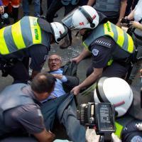 Eduardo Suplicy é agarrado por policiais militares para ser levado após protesto contra reintegração de posse Foto: Uriel Punk/Futura Press/Estadão Conteúdo