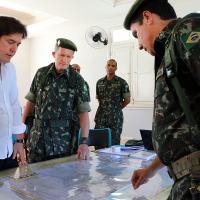 Robinson recebe tropas do Exército