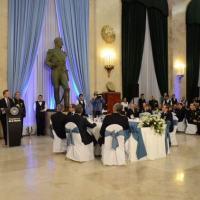 O presidente argentino, Mauricio Macri, inaugura uma nova etapa nas relações entre o governo e as Forças Armadas durante o Jantar de Camaradagem, em 1º de agosto, na sede do Ministério da Defesa, em Buenos Aires. (Foto: Ministério da Defesa da Argentina)