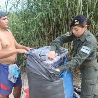 Autoridade argentina inspeciona carga em busca de drogas na cidade de Salta, perto da fronteira com a Bolívia. Foto: Taos Turner/The Wall Street Journal