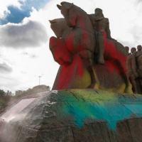 Funcionário da Prefeitura de SP limpa o Monumento às Bandeiras, pichado na manhã de sexta-feira, 30SET2016.  Obra do escultor Victor Brecheret em homenagem aos bandeirantes paulistas. Ele foi instalado em 1954, junto ao Parque, em comemoração aos 400 anos de São Paulo.