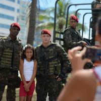 As crises de segurança no Brasil levam cada vez mais ao emprego das Forças Armadas. Aqui Forças Paraquedistas interagindo com a população em Vitória, ES, 12FEV2017. Foto - ABr