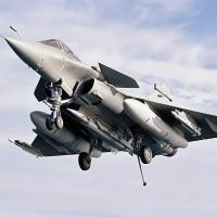 © Dassault Aviation - Appontage du Rafale M01 équipé du missile ASMP-A en point central.