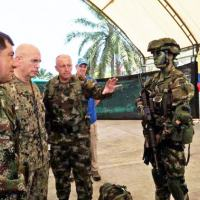 O Alte Esq Kurt W. Tidd, comandante do SOUTHCOM, é orientado em Tumaco, Colômbia, sobre os equipamentos que uma unidade de elite do Exército da Colômbia usa nos esforços para combater narcotraficantes no país, em 20 de abril de 2016. (Foto: Forças Armadas da Colômbia)