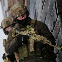 Forças Especiais Russas equipadas com equipamentos que em muito assemelham-se aos ocidentais. A arma é uma AK-74M custom Foto - MOD RU