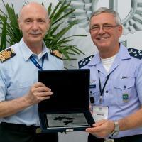 Comandante da Aeronáutica realizou reuniões bilaterais durante a feira - Foto: Agência Força Aérea / FAB