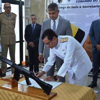 Comandante do 2º Distrito Naval e Secretário de Segurança da Bahia assinam o termo de transferência  - Foto: MB