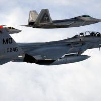 Caça de Quarta Geração F-15 voando com dois caças de Quinta Geração F-22 Raptor e F-35 Lightning II  Foto - USAF