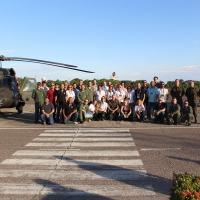Comitiva posa com as aeronaves Black Hawk e F-5EM - Foto: Sgt Carleilson / FAB