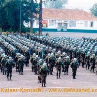Tropa do 19° Batalhão de Infantaria de Força de Paz em formação para embarcar para o Haiti em 2004 Foto - DefesaNet
