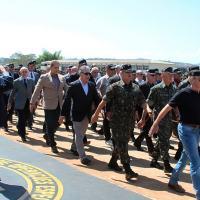 General Brízida, OE 09, saúda os veteranos que desfilam em sua continência.