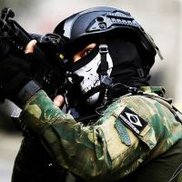 Soldado operando na missão GLO na Rociha. Conforme a bolacha em sua perna pertence à Polícia do Exército.
