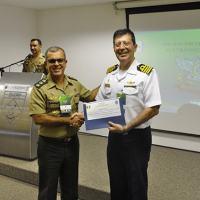 Comandante do CIGE, na entrega do certificado de palestrante ao Capitão de Mar e Guerra Albuquerque, Diretor do Centro de Guerra Eletrônica da Marinha