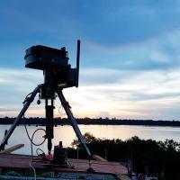 O Radar SENTIR - M20  como sentinela avançado. O sistema, desenvolvido com tecnologia nacional, é capaz de executar operações de vigilância, aquisição, classificação, localização, rastreamento e exibição gráfica automática de alvos em terra e água, tais como: indivíduos em solo, tropas, blindados, caminhões, helicópteros e embarcações. Foto - SAVIS-BRADAR