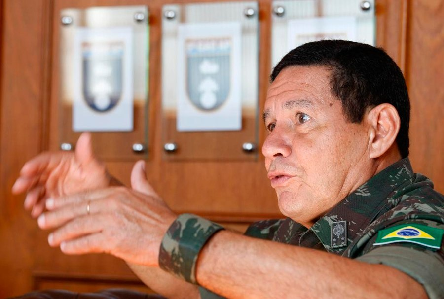 General do Exército que sugeriu intervenção não descarta candidatura