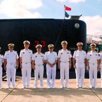 """Delegação chinesa se reúne em frente ao """"Tapajó"""" antes de iniciar a visita - Foto: MB"""