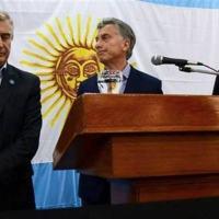 O presidente da Argentina Mauricio Macri junto com o ministro da Defesa Oscar Aguad e o agora ex-comandante da Martinha do país Marcelo Srur: demissão - Reprodução/La Nacion