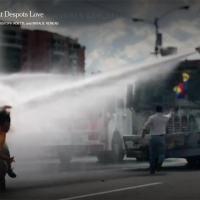 Viatura lançando jato de agua e derrubando um manifestante em Caracas