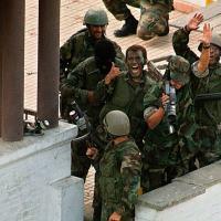 Forças Especiais Peruanas comemoram a bem sucedida retomada da Embaixada do Japão.