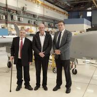 O presidente do Poalim Bank Oded Eran (à direita), o CEO da IAI Joseph Weiss e o CEO do Poalim Bank Arik Pinto (à esquerda). Credit: Yoav Weiss