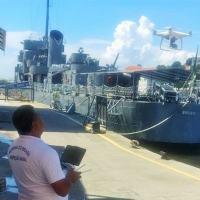 Inspetor Naval da CPRJ, Suboficial (CN) Sérgio Ricardo Souza da Silva, testa o uso do drone - Foto: MB