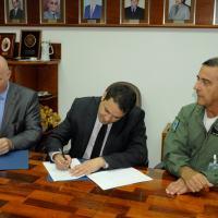 Da esquerda para a direita, Eduardo Marson, presidente da Ezute; seguido do Prof. Anderson Ribeiro Correia, reitor do ITA; e do Tenente-Brigadeiro do AR Carlos Augusto Amaral Oliveira, diretor-geral do DCTA.
