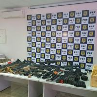 Apreensão no dia 26 Fevereiro somam dezenas de milhares de cartuchos e dezenas de fuzis e pistolas Foto - PRF