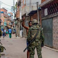 Sob intervenção - Fuzileiros Navais patrulham uma favela carioca: ausência de serviços públicos regulares - Fernando Frazão/Agência Brasil