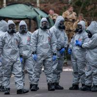 Equipes de tropas NBQR (Nuclear, Bacteriológica, Química e Radiológica) inspecionam as instalações do ataque ao ex-agente Skripal.