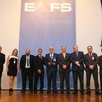 egenda: José Wilmar de Mello (ao centro), diretor da unidade Autômata da thyssenkrupp, recebendo o Prêmio Fornecedor do Ano da Embraer, categoria Tecnologia de Usinagem