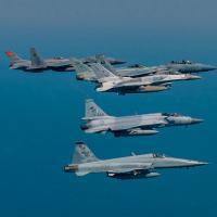 Golfo – 25 Países treinam na Gulf Shield 1 - A novidade da formação de aeronaves é o Paquistanês JF-17. A primeria vista muito semelhante a um Mirage 2000.