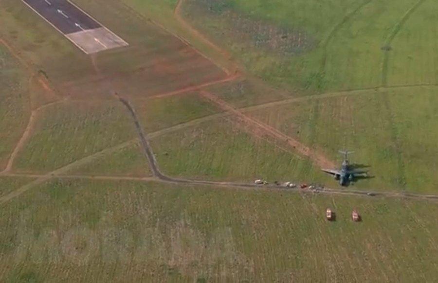 Maior avião militar brasileiro sai da pista durante testes
