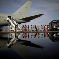 Refugiados venezolanos abordan un avión de la Fuerza Aérea brasileña rumbo a Manaus y São Paulo, el 4 de mayo de 2018. Credit Ueslei Marcelino / Reuters