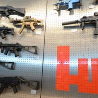 Diferentes tipos da submetralhadora MP5, arma que matou Marielle, em exposição na sede da firma na Alemanha