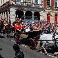 Após a cerimônia o casa desfila pelas ruas de Windsor escoltados pela Cavalaria Real.