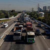Greve expõe dependência brasileira do transporte rodoviário de carga, responsável por mais de 60% da circulação de produtos no país. Falta de infraestrutura e de segurança nas estradas encarecem frete.