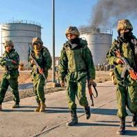 Integrantes da PMC WAGNER guarnecendo campo de petróleo na Síria. Para confundir observadores, portam fuzis automáticos chineses tipo AK-47.