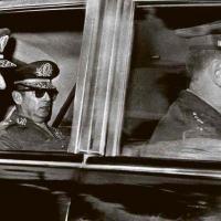 O general Emílio Médici (à esq.) deixa o Palácio Laranjeiras após ter sido escolhido pelo regime militar como presidente da República AP Photo - 7.out.1969