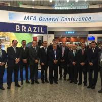 Delegação brasileira em frente ao estande do Brasil