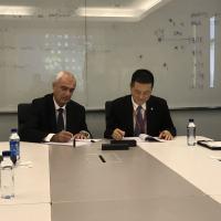 - Da esquerda para a direita: Jacob Rozmann, gerente geral da Divisão de Motores e William Qi, gerente geral de Aquisições do HNA Group Procurement