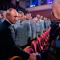 Vladimir Putin, Presidente da Rússia, cumprimenta veterano da GRU observado por Shoigu, Ministro da Defesa, Gerasimov, Chefe do Estado-Maior. Foto Kremlin.Ru