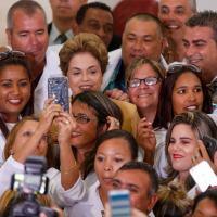 A presidente Dilma Rousseff em Brasília com médicos participantes do Mais Médicos - Pedro Ladeira - 29.abr.16/Folhapress