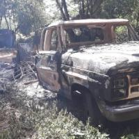 Caminhonete queimada durante o ataque dos guerrilheiros do EPP