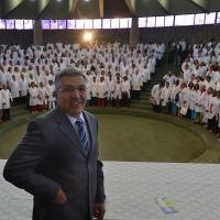Ministro da Saúde Padilha em grupo de médicos cubanos recebidos em Brasília